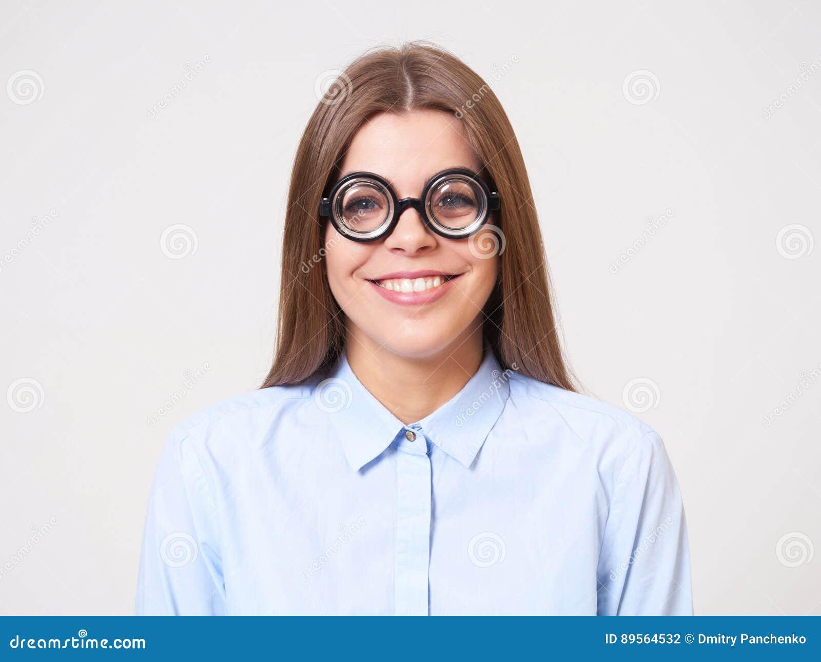 滑稽的年轻女商人演播室画象书呆子玻璃的