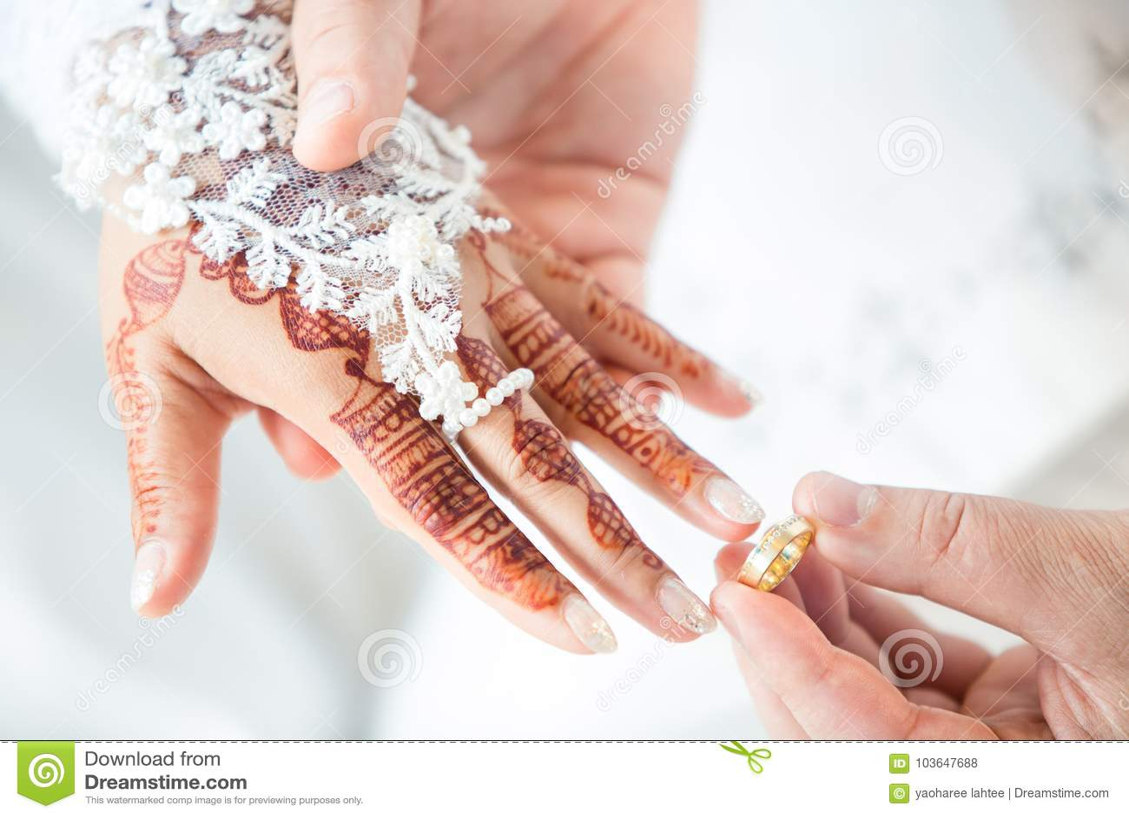 穆斯林修饰佩带圆环新娘