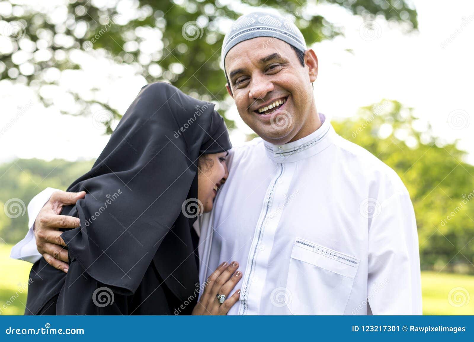 穆斯林已婚在公园夫妇