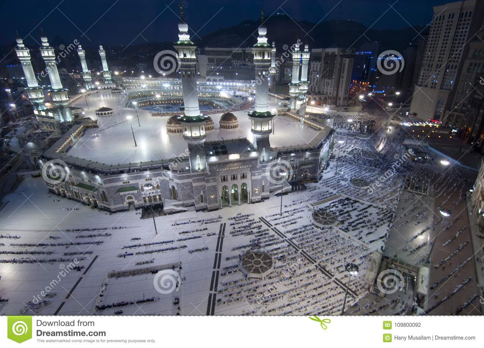 穆斯林祷告和Tawaf在AlKaaba附近的在麦加,沙特Arabi