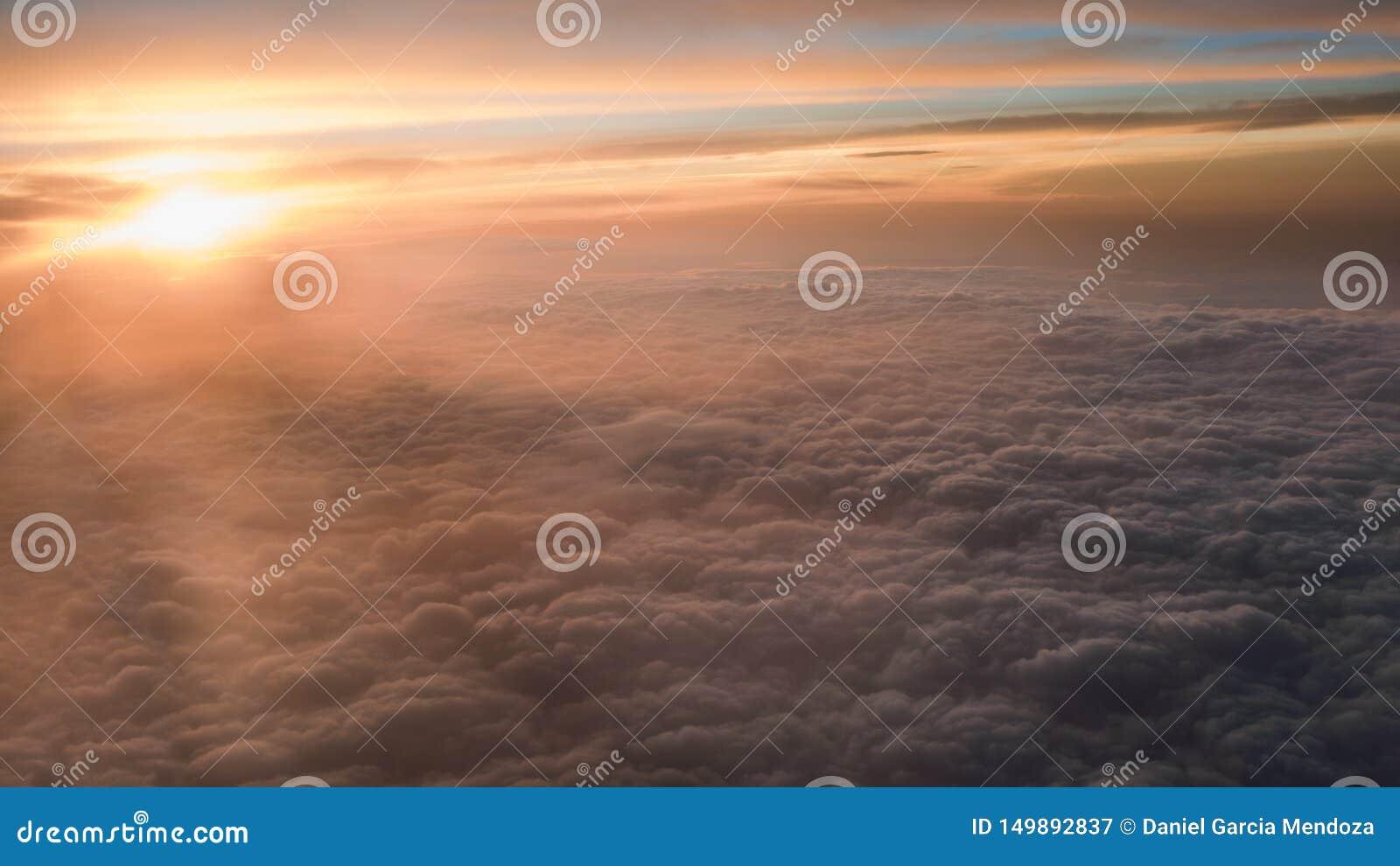 空中旅行 在黄昏或黎明的飞行 飞行通过橙色云彩和太阳