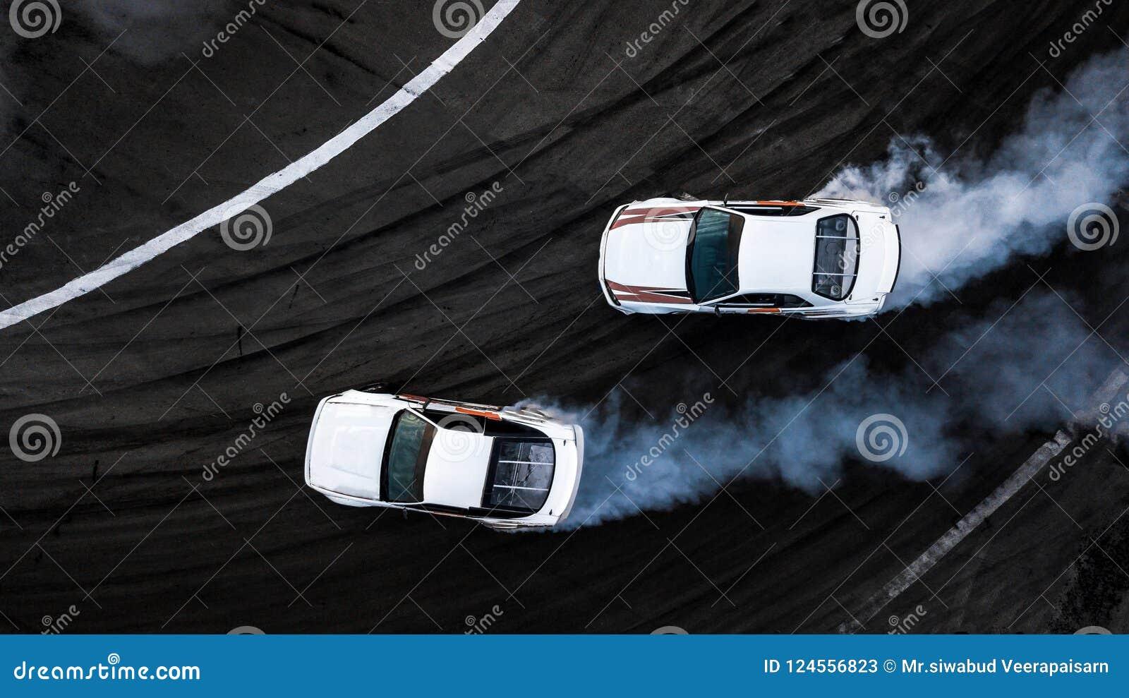 空中顶视图两汽车漂移在赛马跑道,两辆汽车ba的争斗