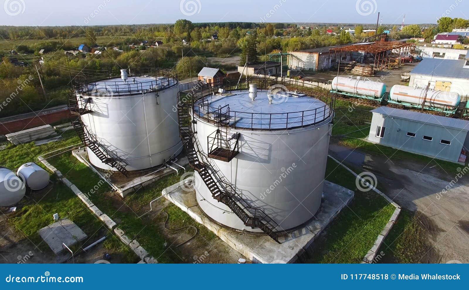 空中顶视图储油坦克 股票 大油箱的顶视图