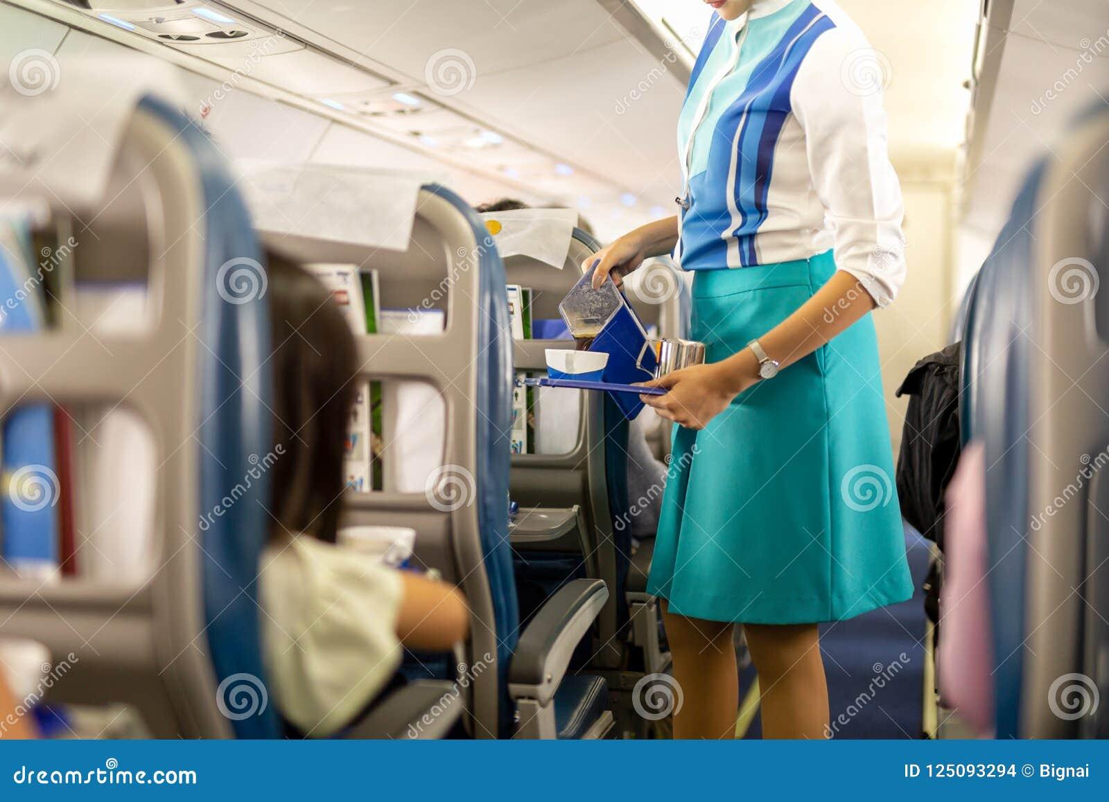 空服员对乘客的服务饮料在船上