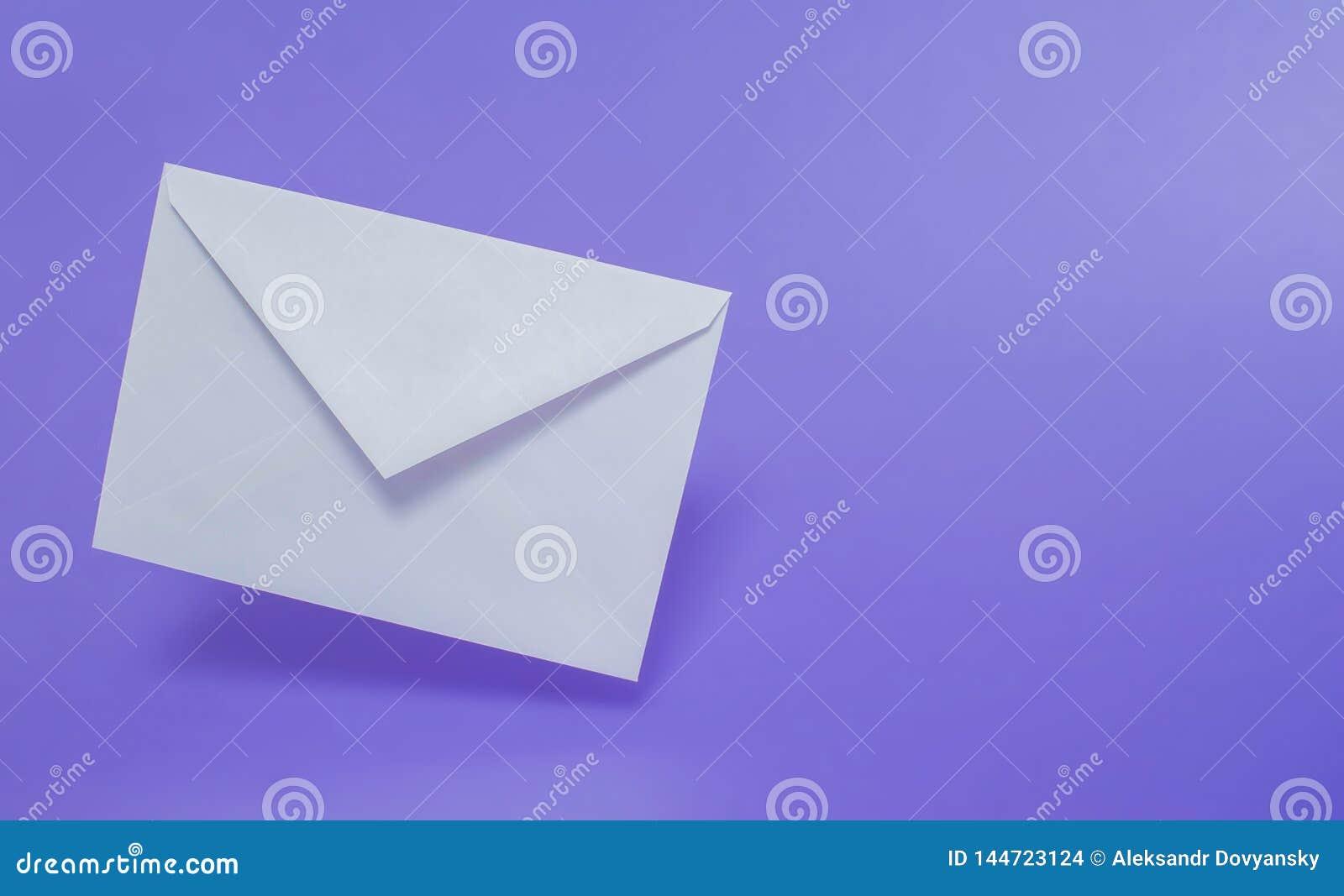 空白在单一色背景的白皮书信封