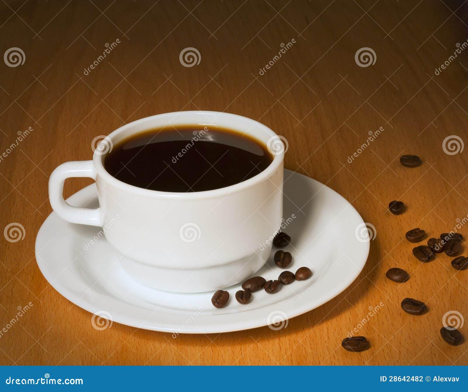 用_空白杯子用在茶碟的热咖啡
