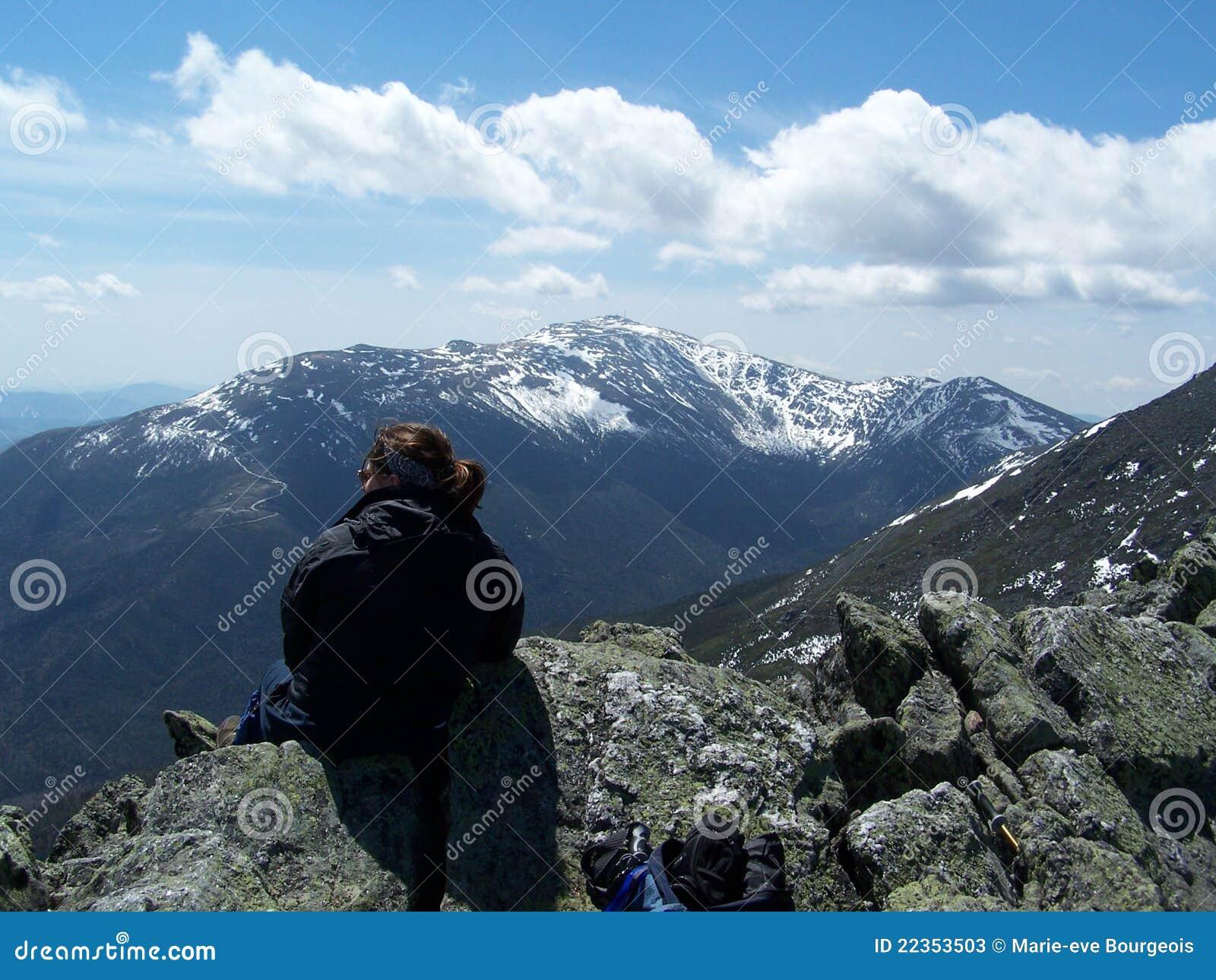 空白沉思的山