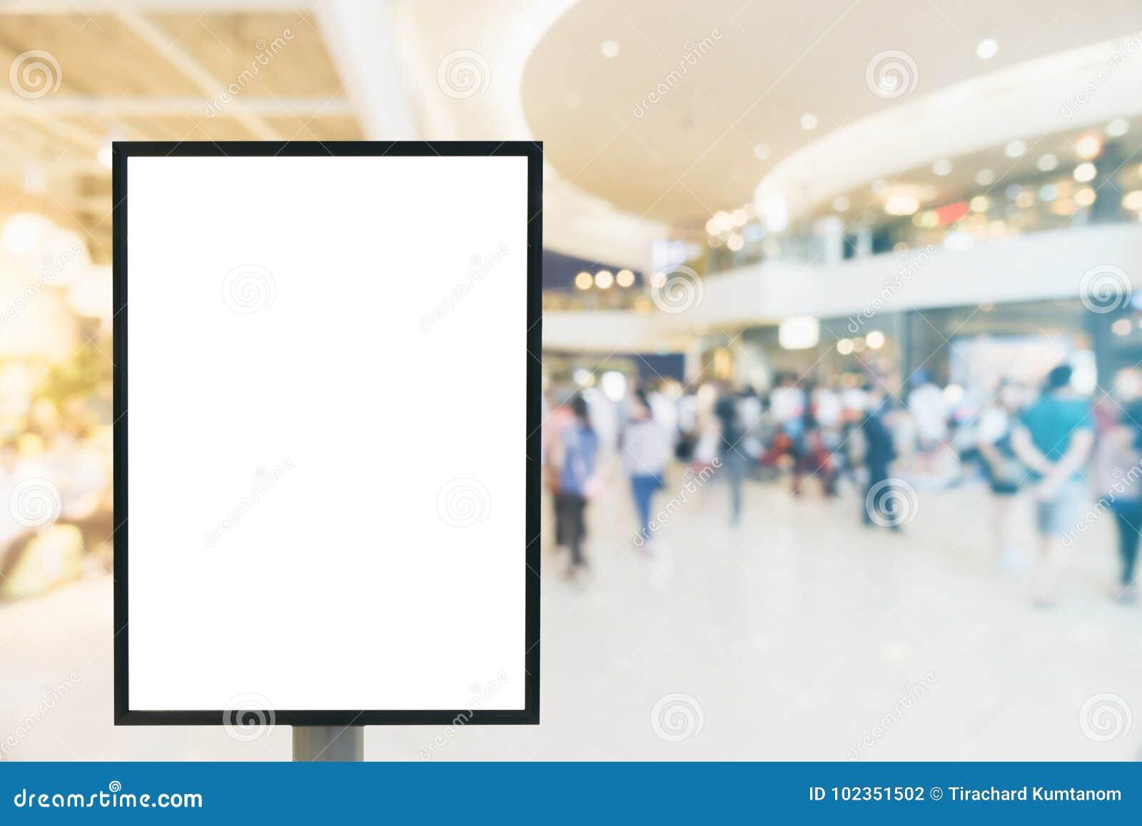 空白的嘲笑与拷贝空间的垂直的海报广告牌标志您的正文消息或内容的在现代商城