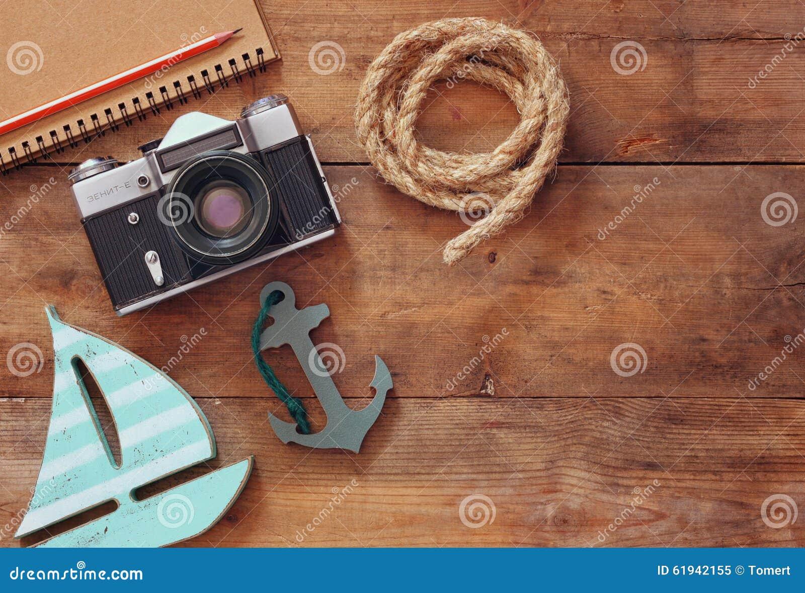 空白的笔记本、木风船、船舶绳索和照相机的顶视图图象 旅行和冒险概念 减速火箭的被过滤的图象