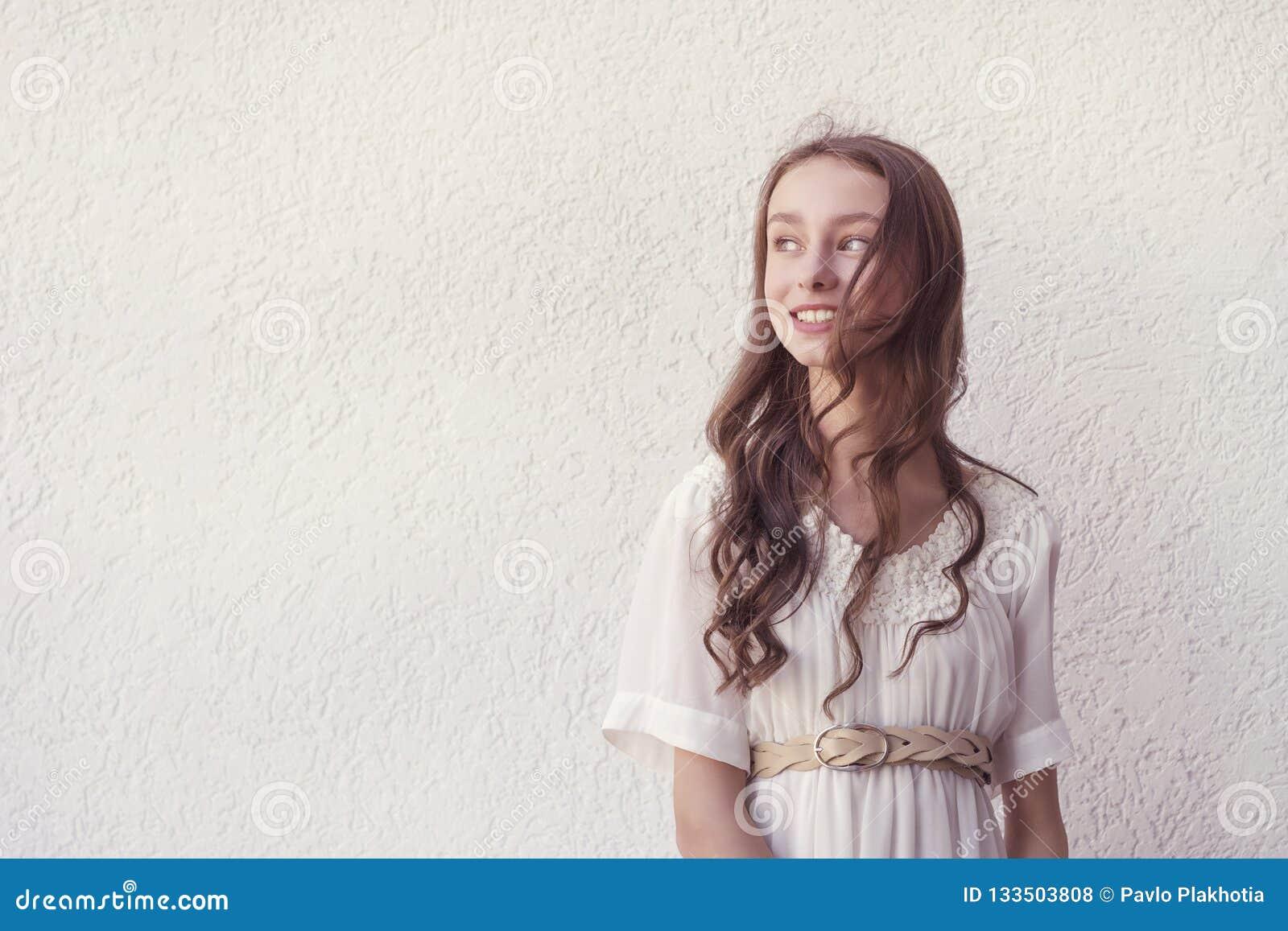 空白礼服的女孩
