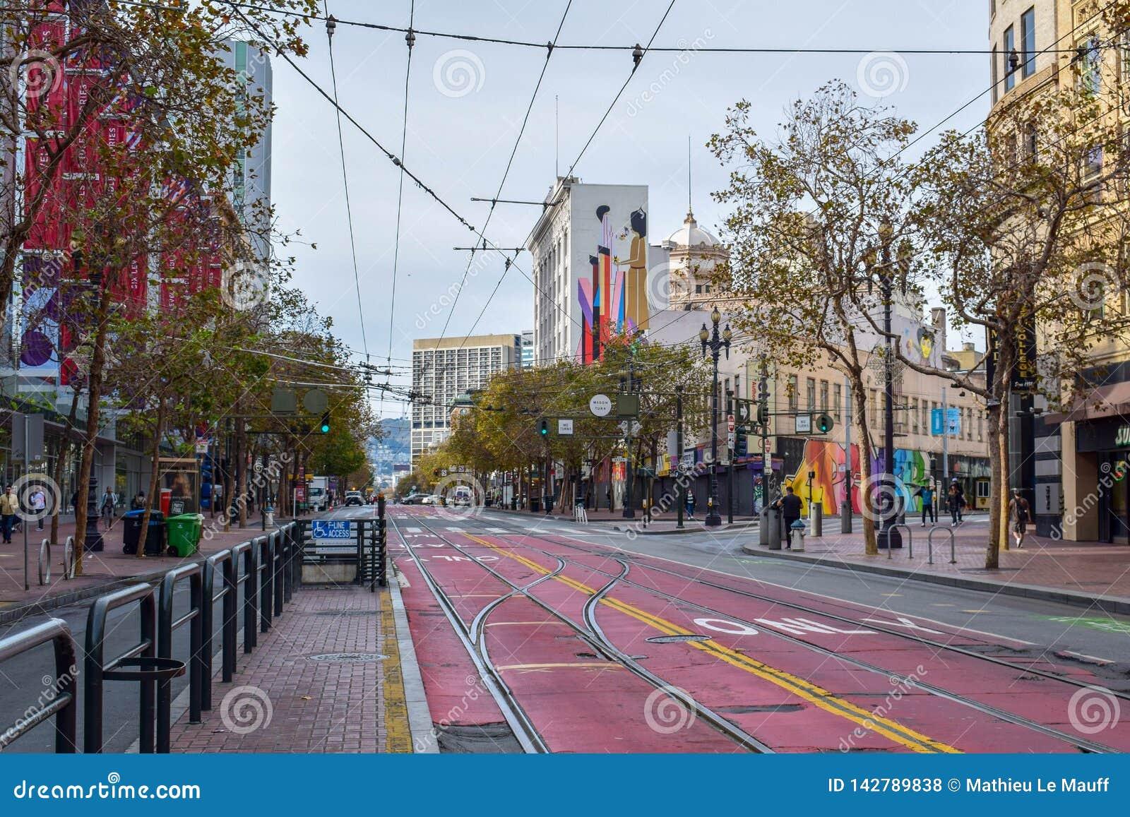 空的农贸市场在有电车轨道轨道和五颜六色的大厦的旧金山