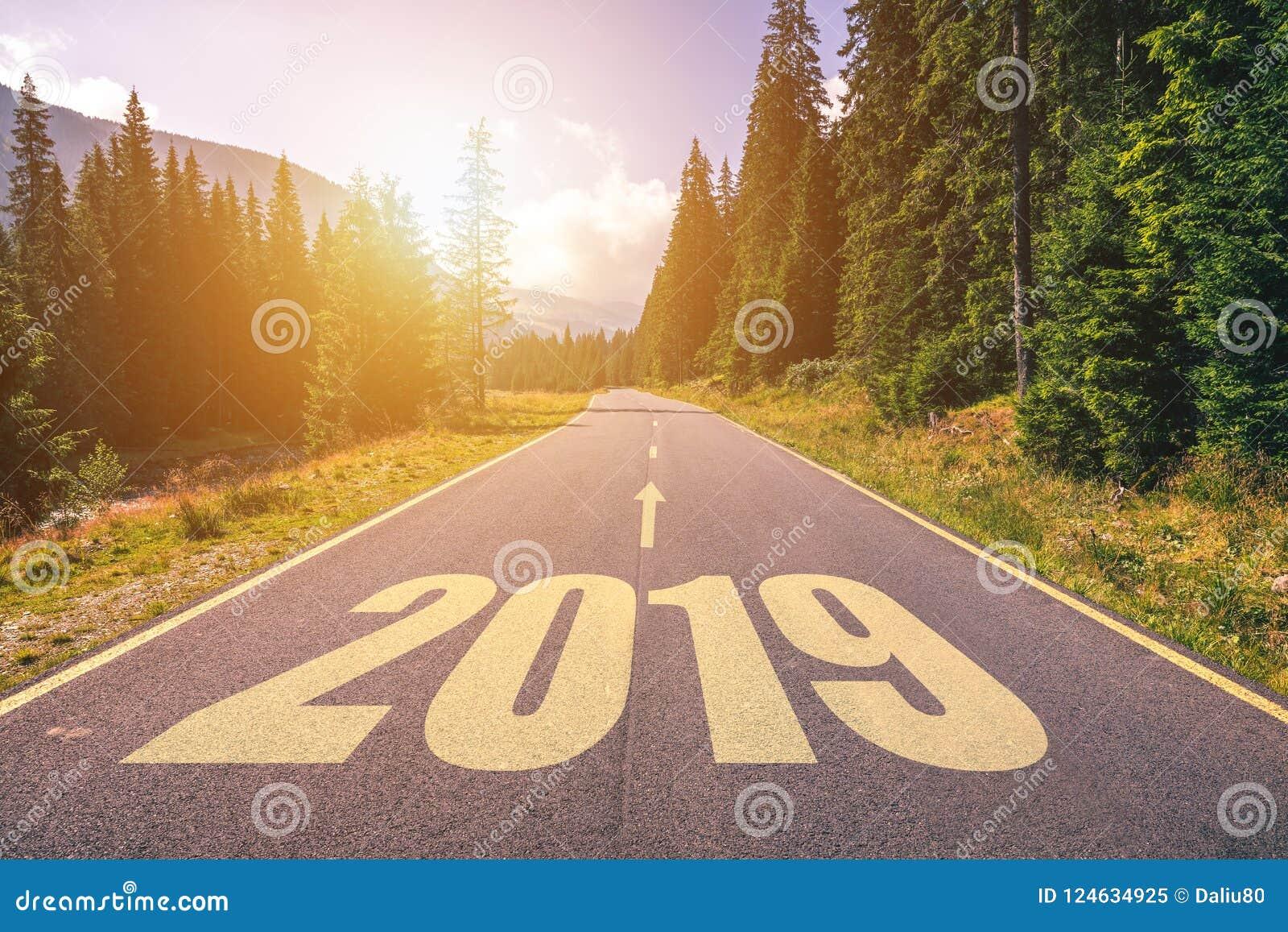 空的柏油路和新年2019年概念 驾驶在empt