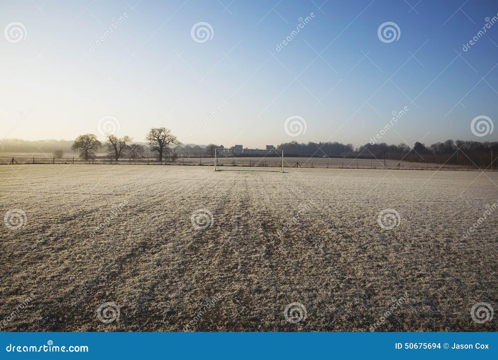 Download 空的橄榄球球场和冷淡的冬天早晨 库存照片. 图片 包括有 户外, 水平, 过帐, 冬天, 体育运动, 目标 - 50675694
