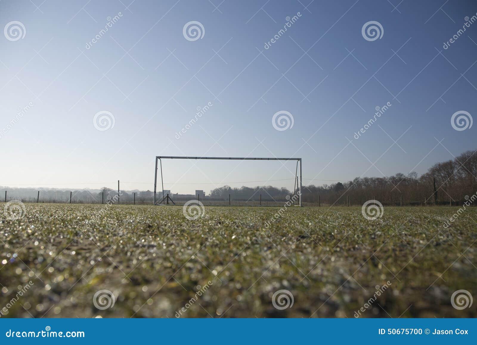 Download 空的橄榄球球场和冷淡的冬天早晨 库存照片. 图片 包括有 星期天, 同盟, 体育运动, 水平, 间距, 冬天 - 50675700