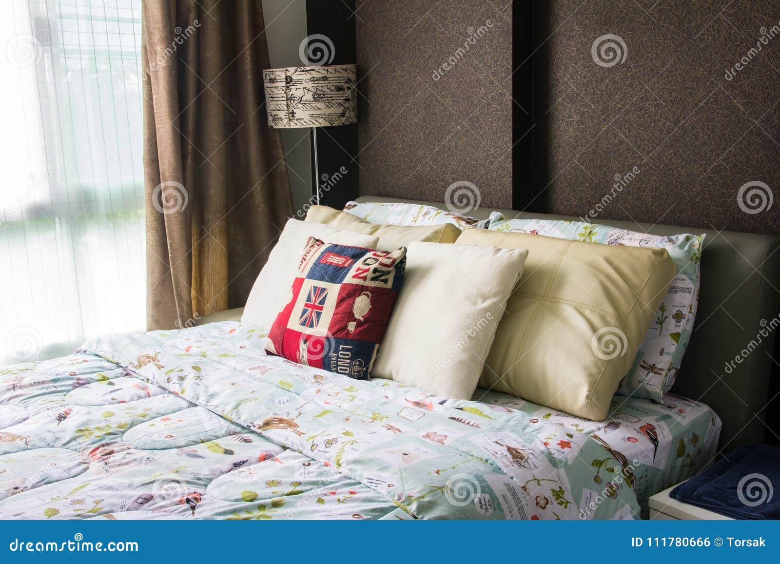 空的现代床在卧室