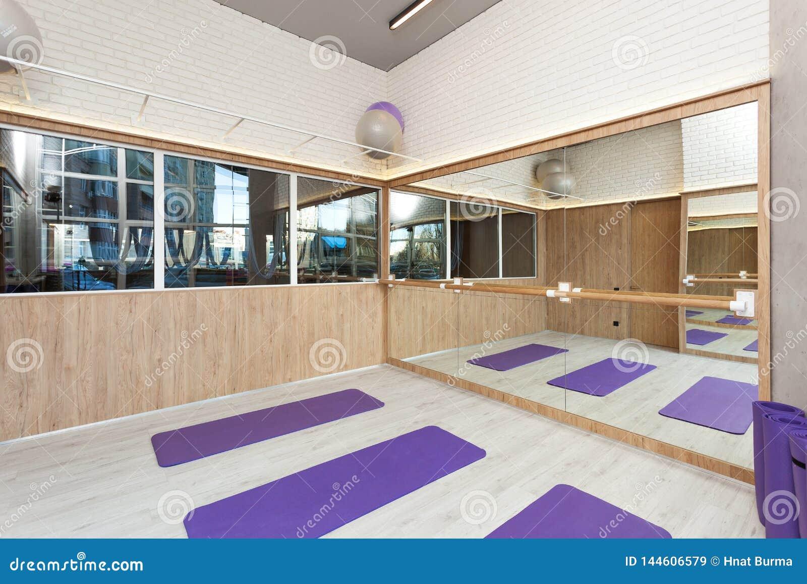 空的空间在健身俱乐部,瑜伽席子