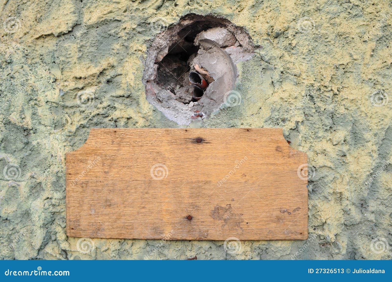 空的葡萄酒老木在老水泥墙壁
