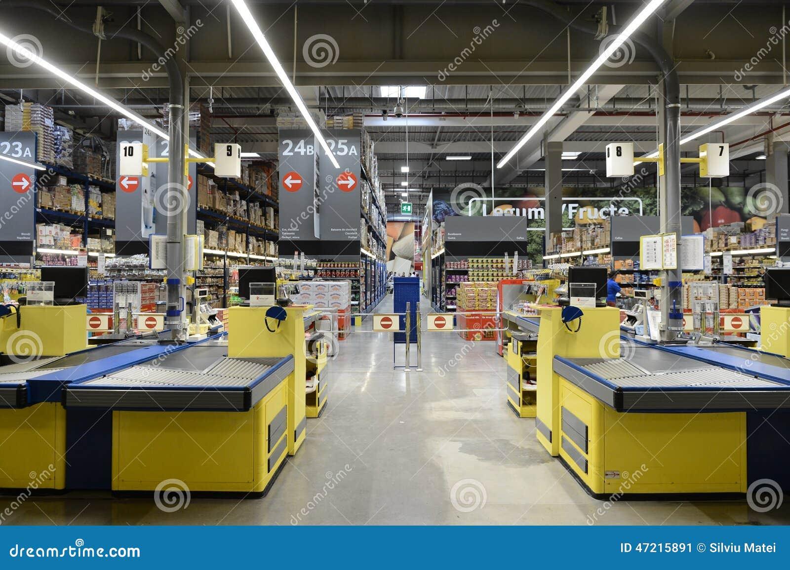 空的超级市场商店自白天