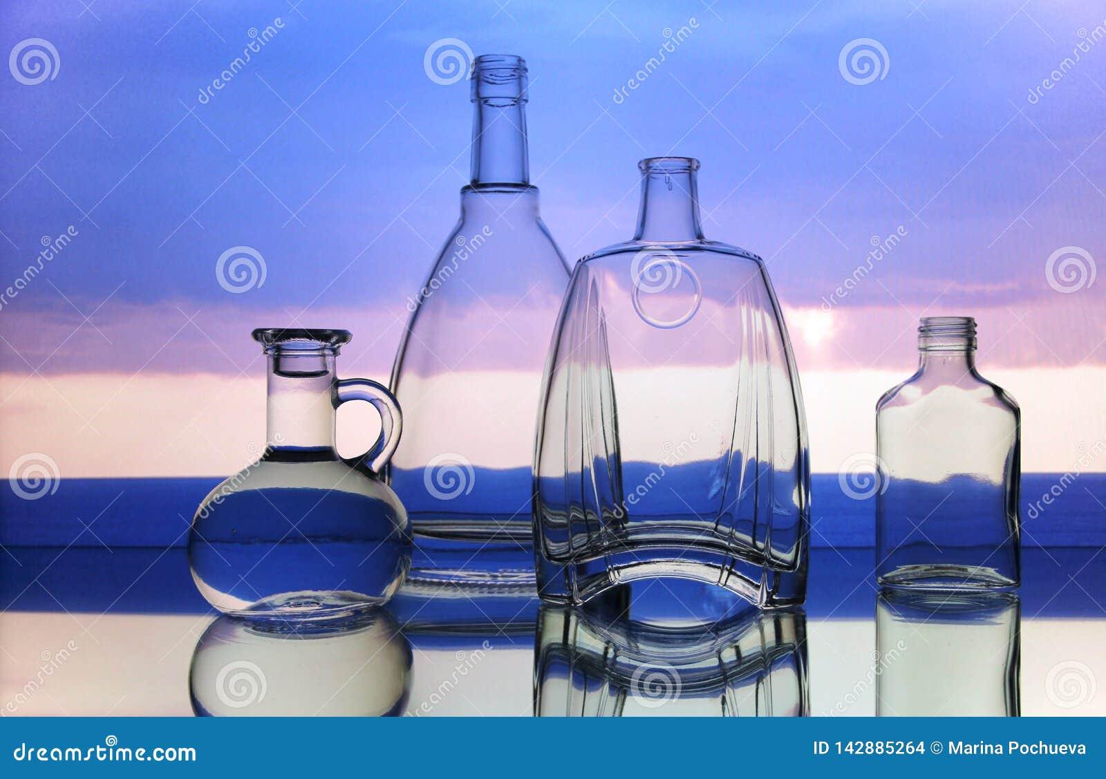 空的透明玻璃瓶形式
