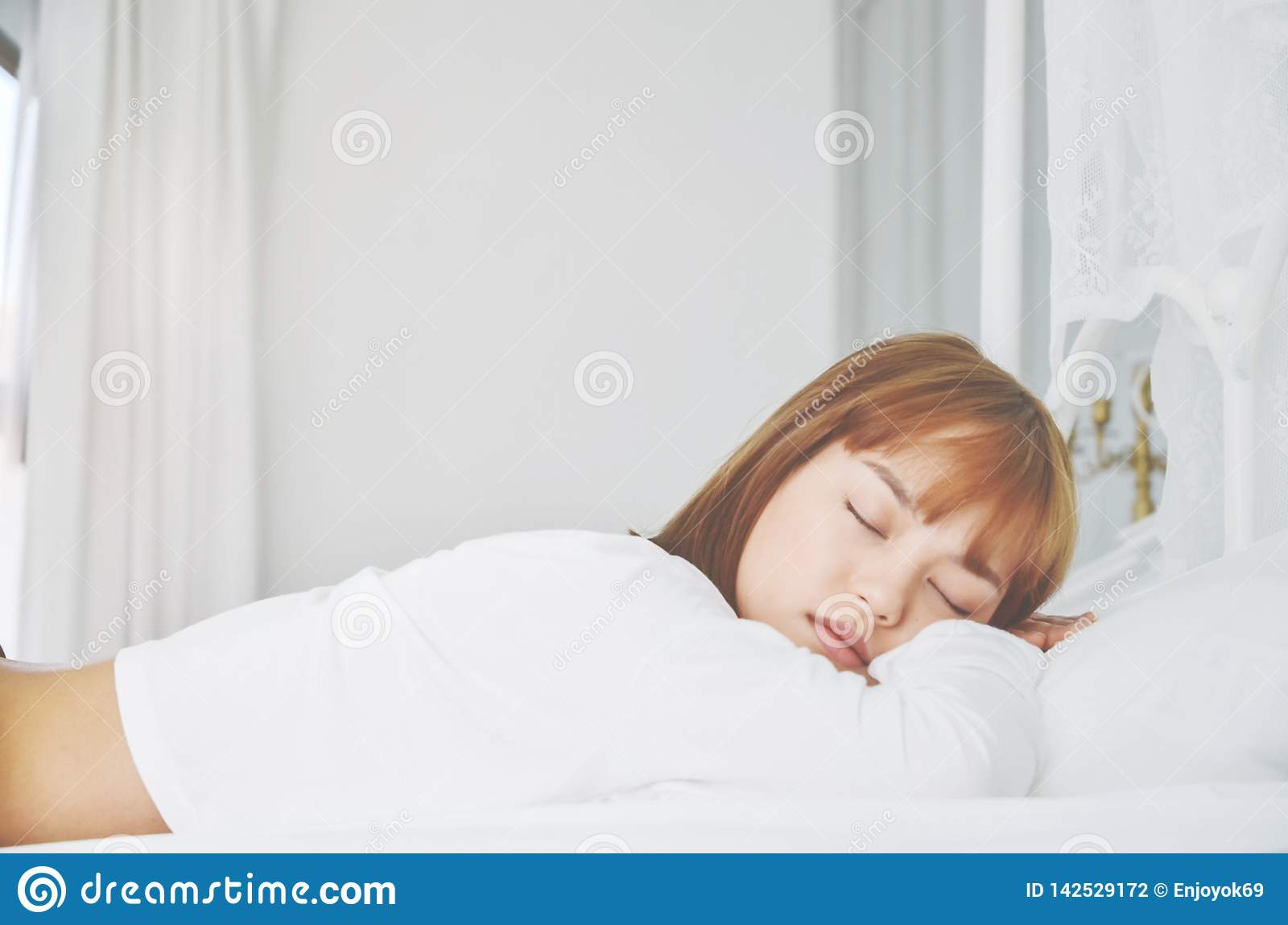 穿一件白色礼服的妇女,她睡觉