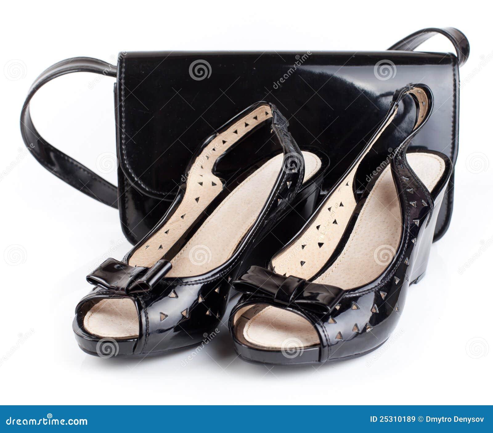 穿上鞋子妇女