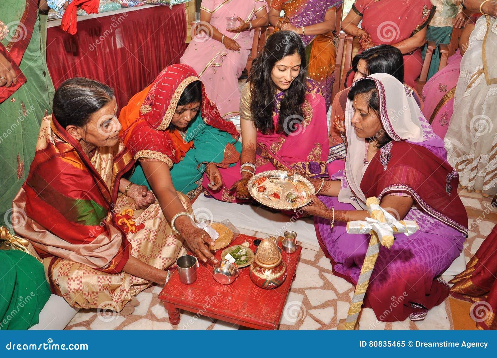穿传统印地安服装的妇女在婚礼仪式期间
