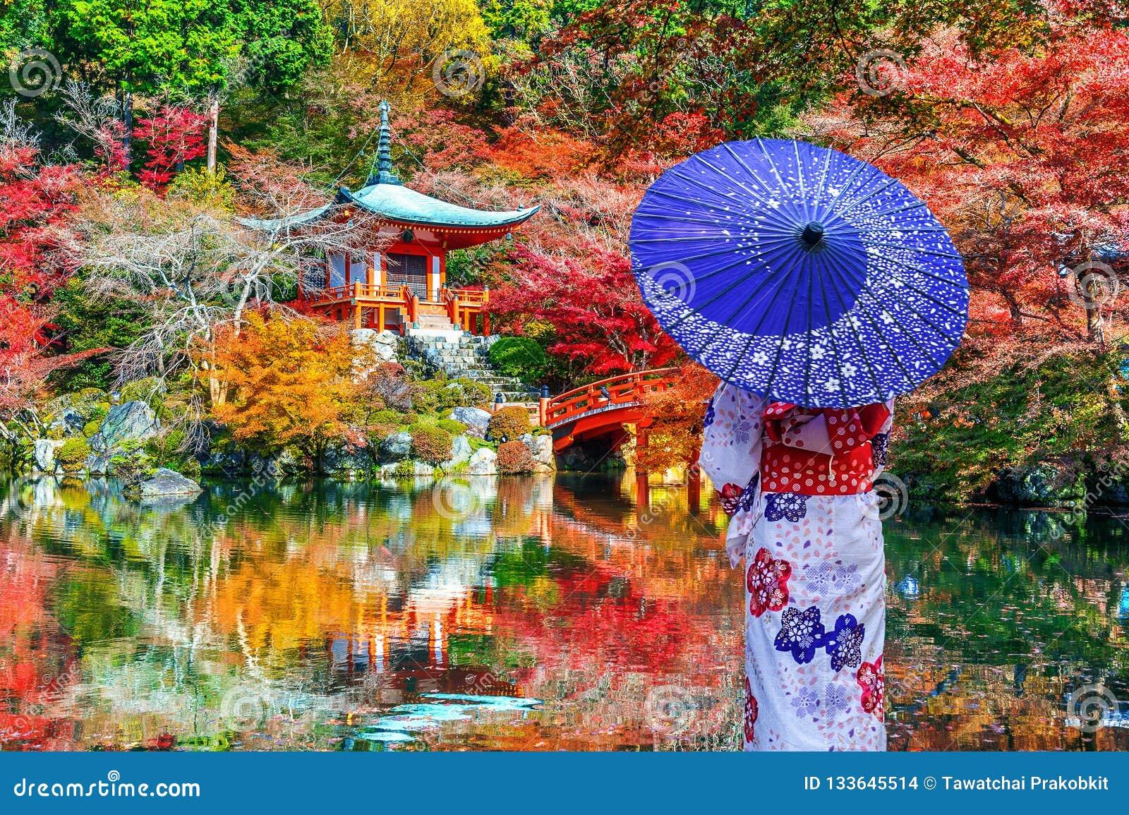 穿在Daigoji寺庙,京都的亚裔妇女日本传统和服 日本秋天季节