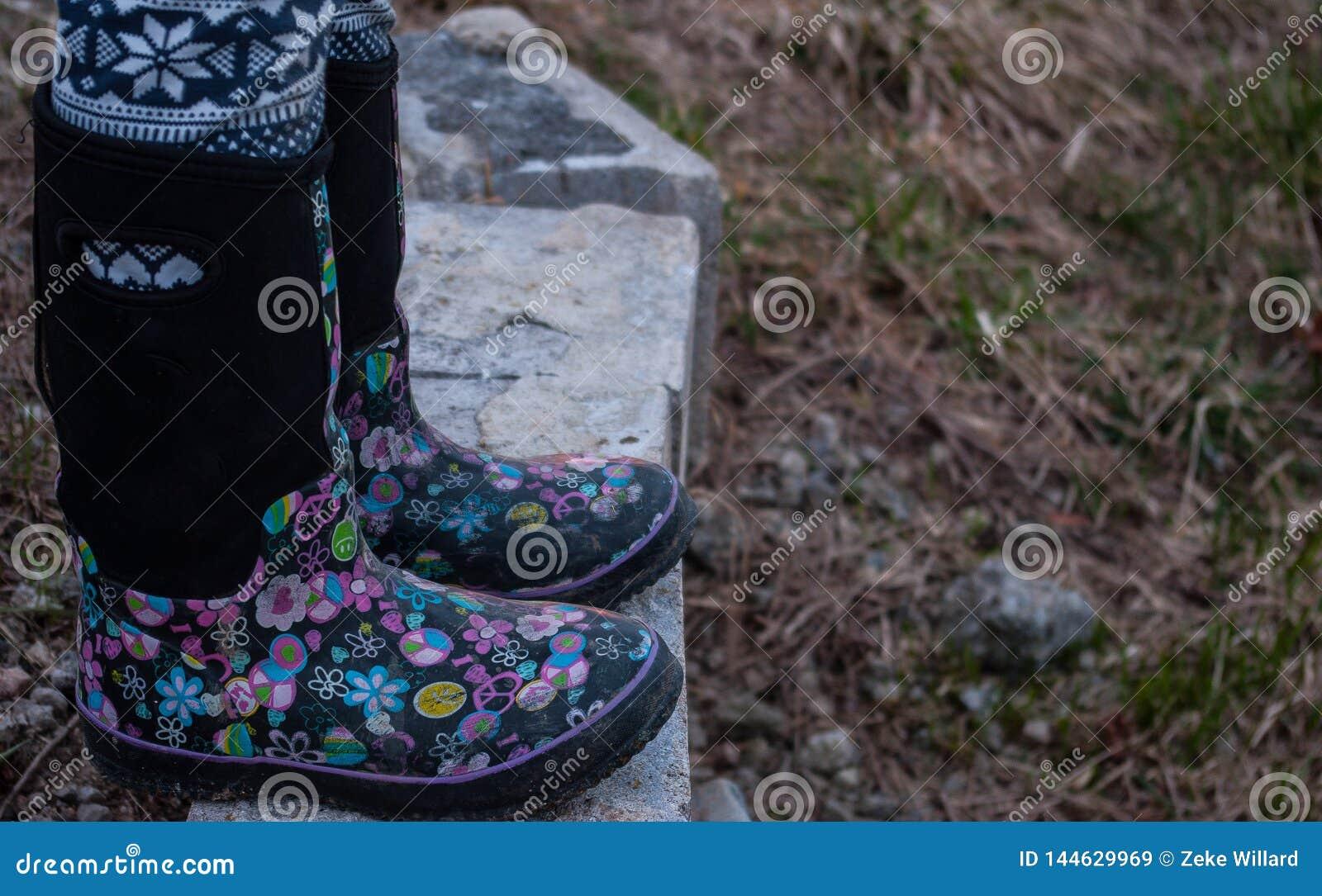 穿有桃红色设计的女孩黑胶靴