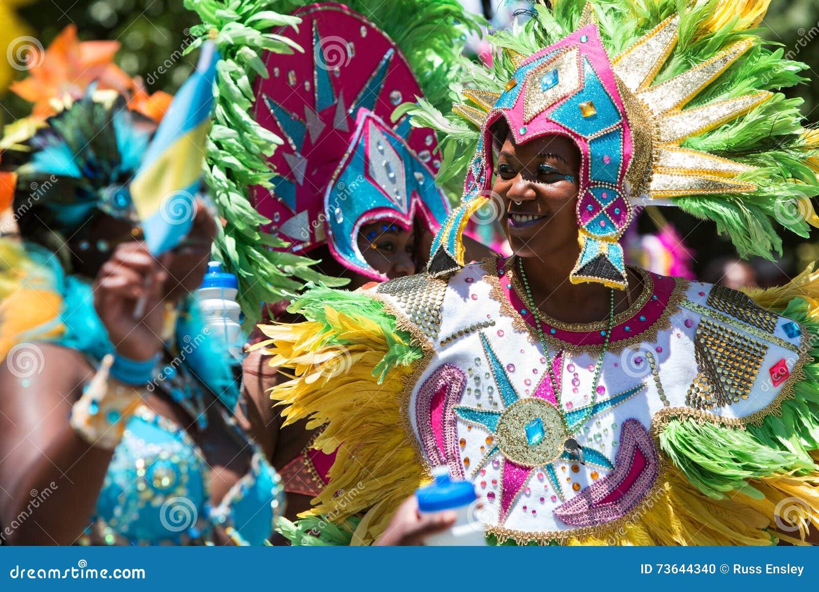 穿精心制作的用羽毛装饰的服装的妇女庆祝加勒比文化