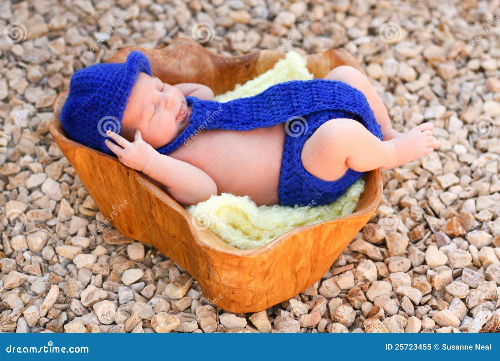 穿蓝衣的男孩盖子尿布浅顶软呢帽新出生关系佩带
