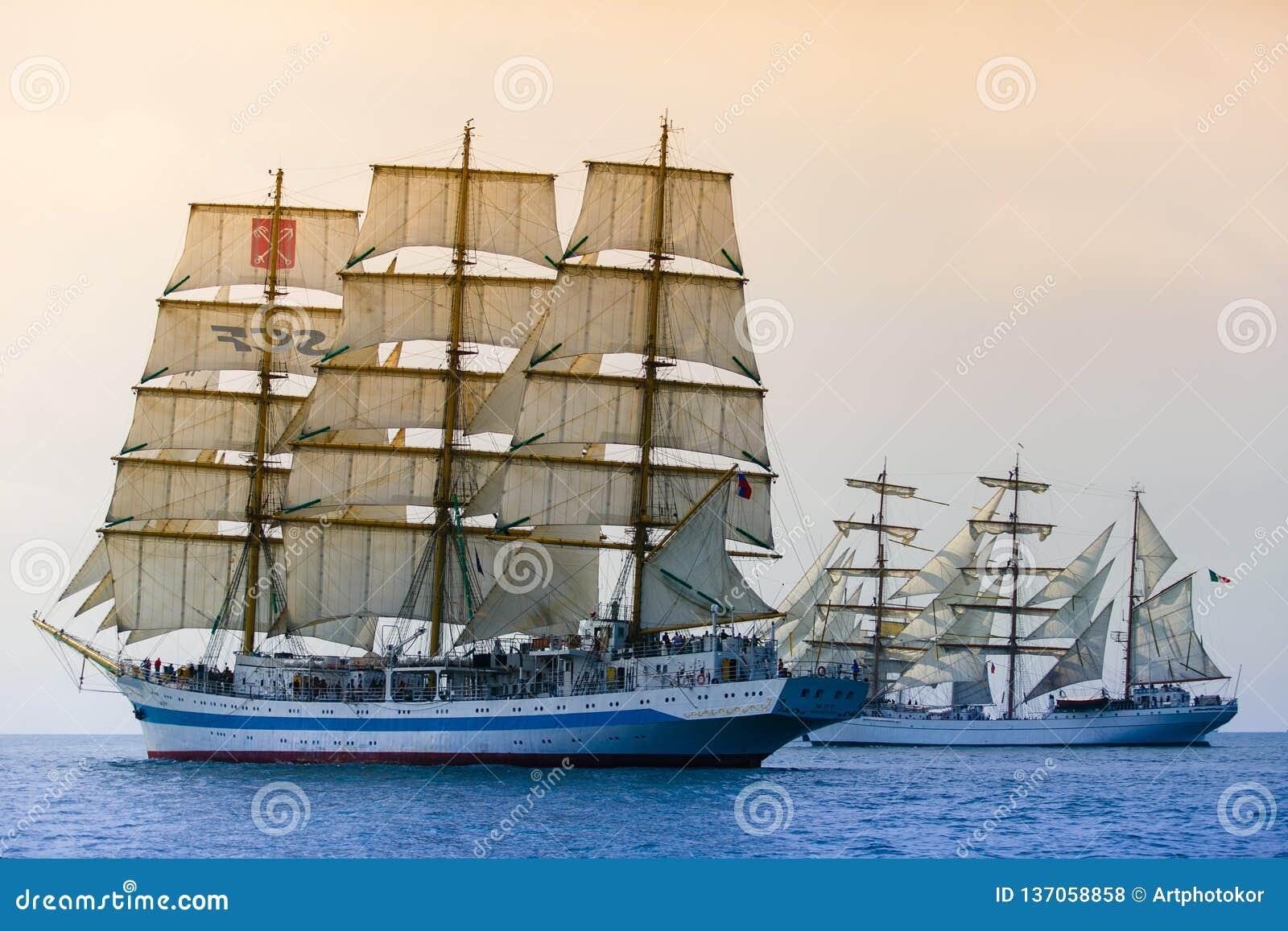 穿过海的帆船 竞争概念查出的白色 共同的目标