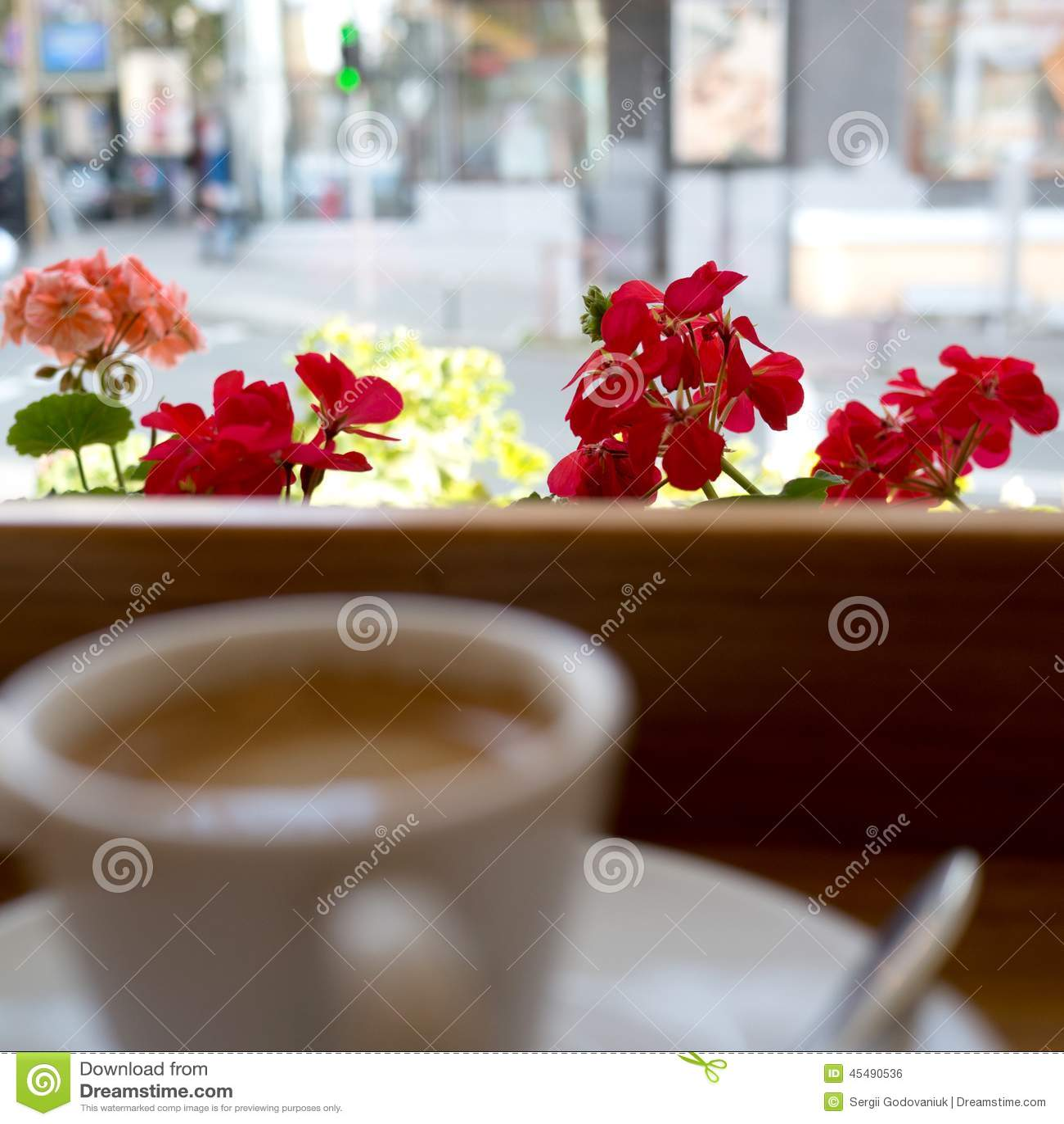 穿戴女孩褂子早晨白色的咖啡杯
