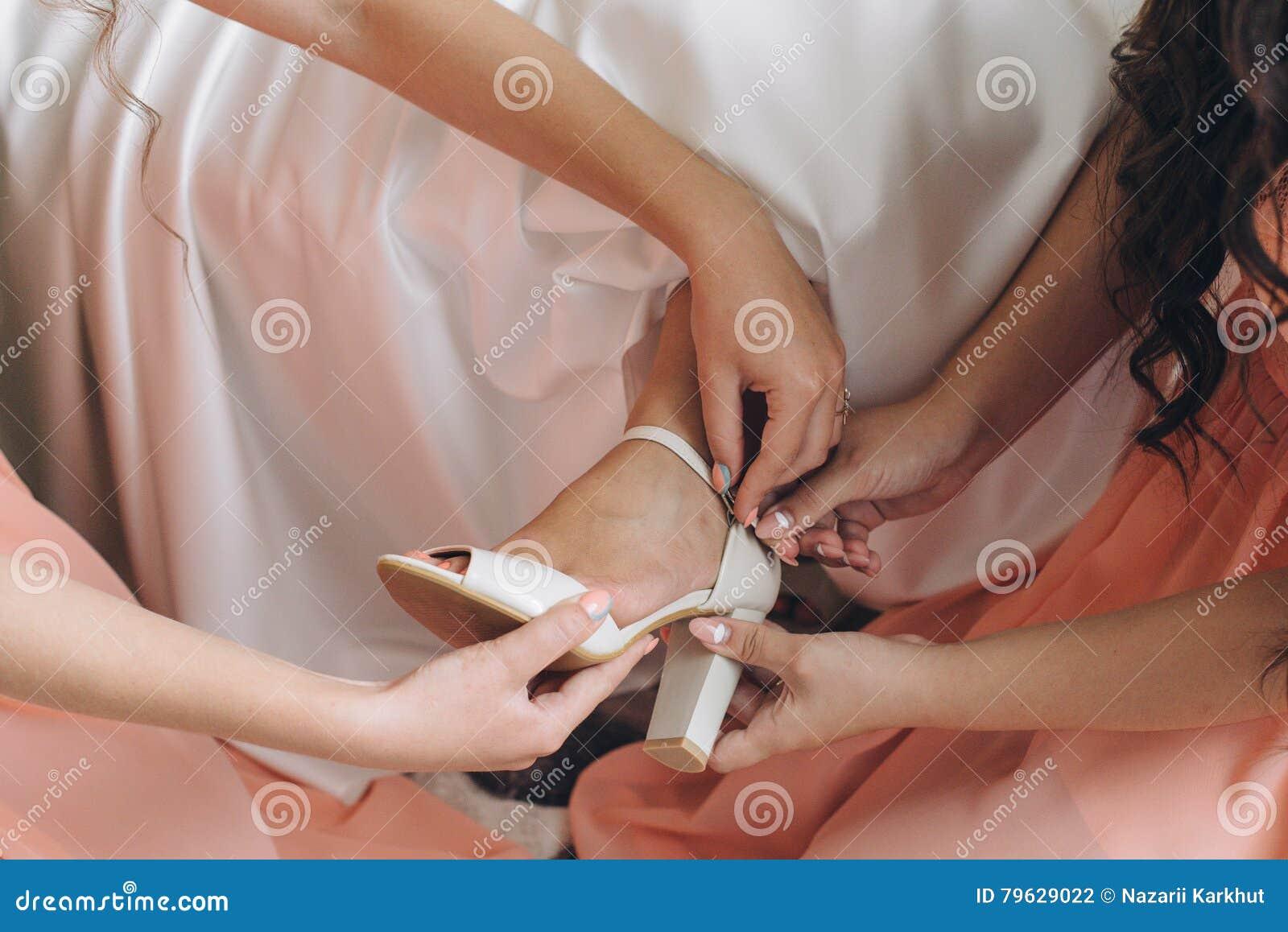 穿戴行程的新娘穿上鞋子妇女年轻人