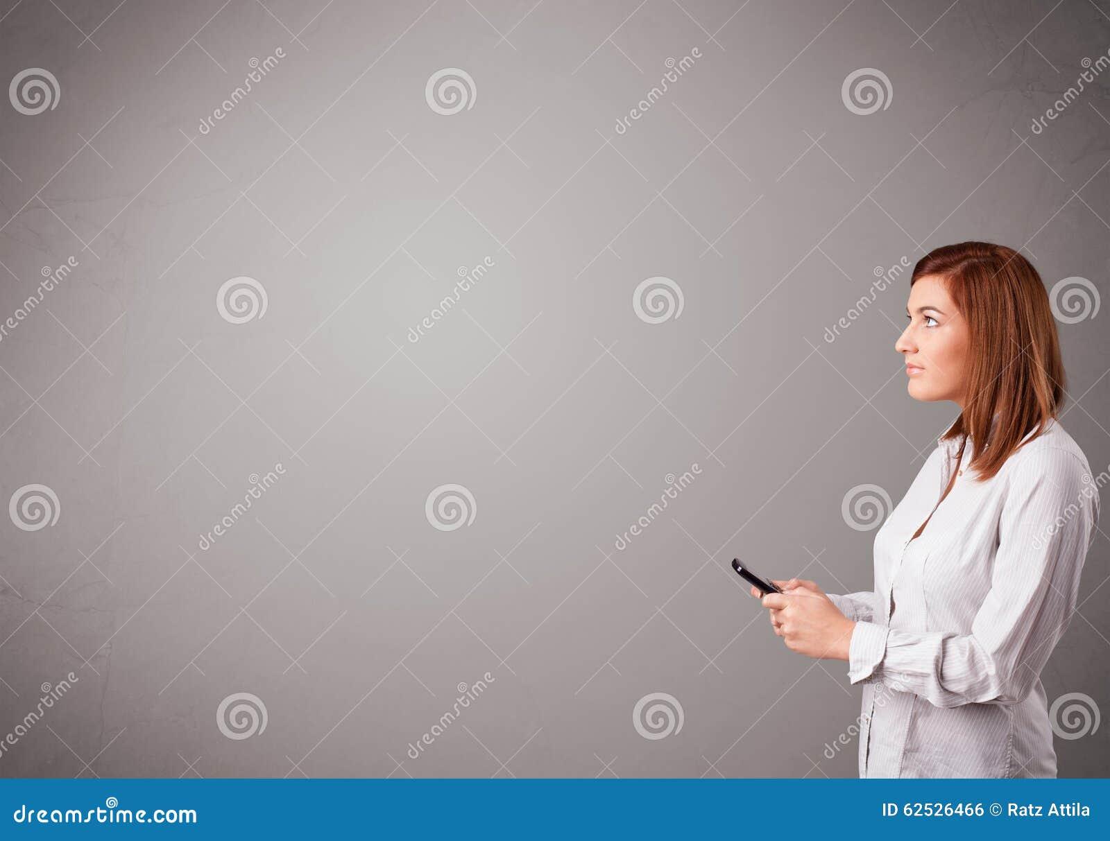 突出和拿着有复制空间的小姐一个电话