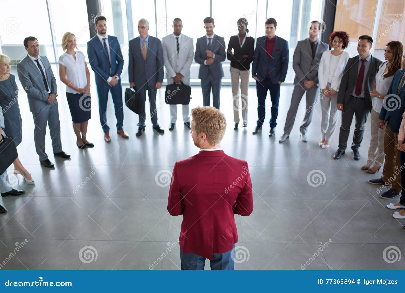 突出在他成功的企业小组前面的领导先锋