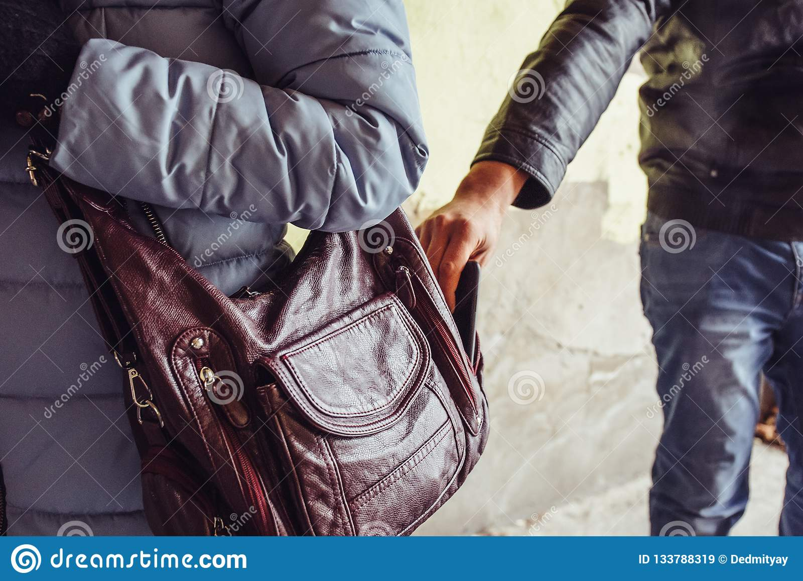窃贼在城市窃取电话或智能手机从袋子妇女关闭,扒手