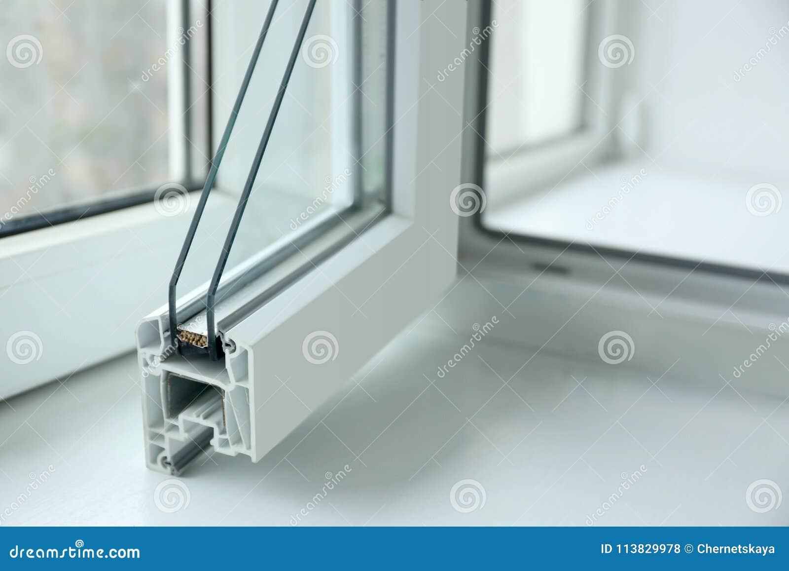 窗口外形样品在窗台特写镜头的