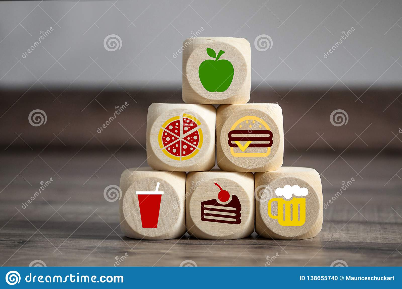 立方体和模子与便当smybols和在上面一个苹果饮食的