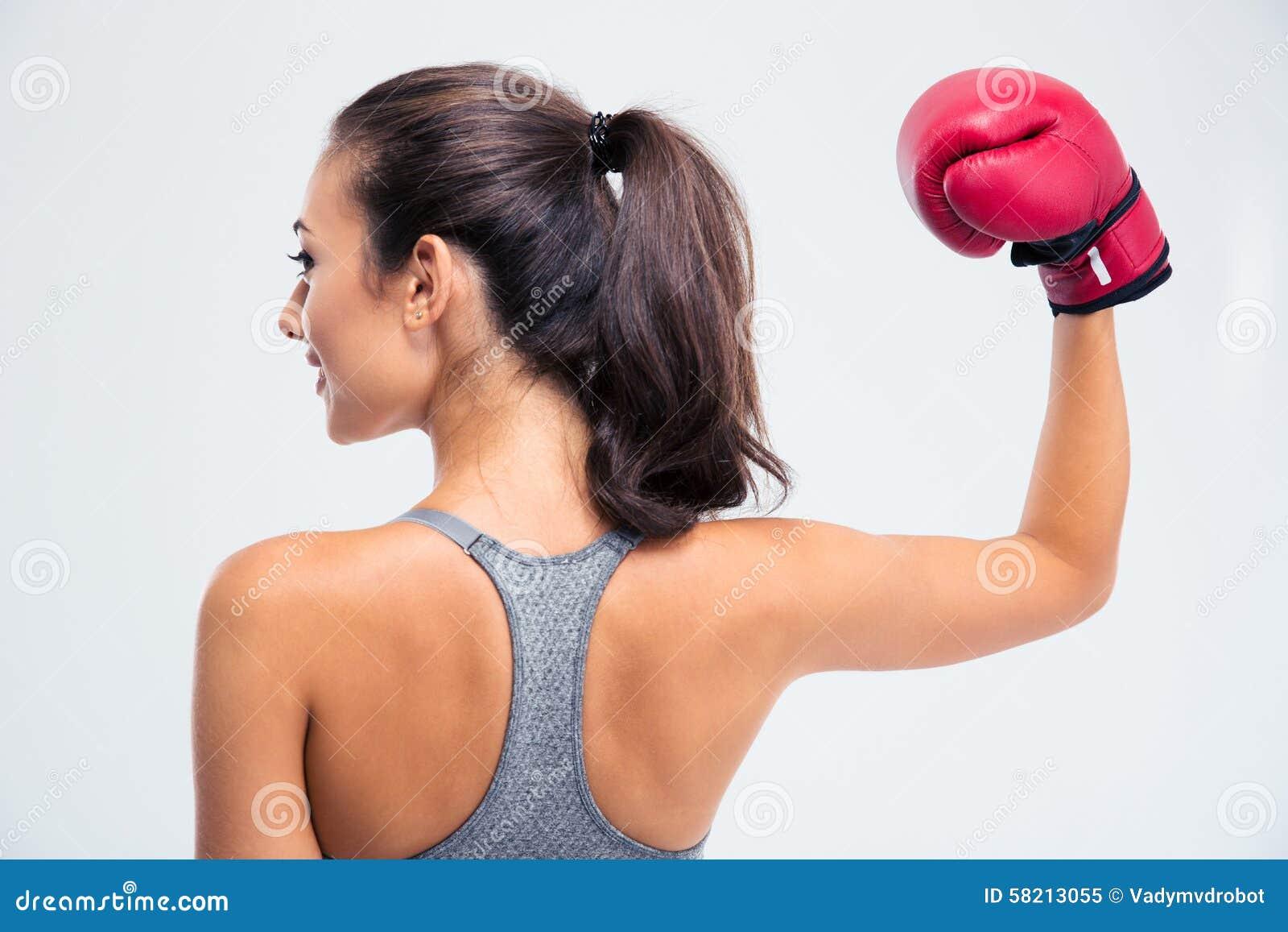 站立与在胜利姿势的拳击手套的妇女