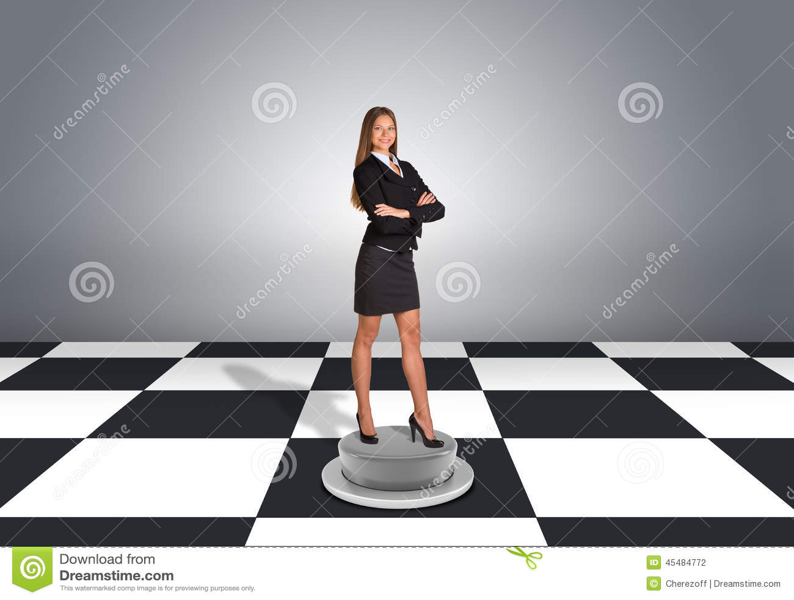 站立与横渡的胳膊的美丽的女实业家
