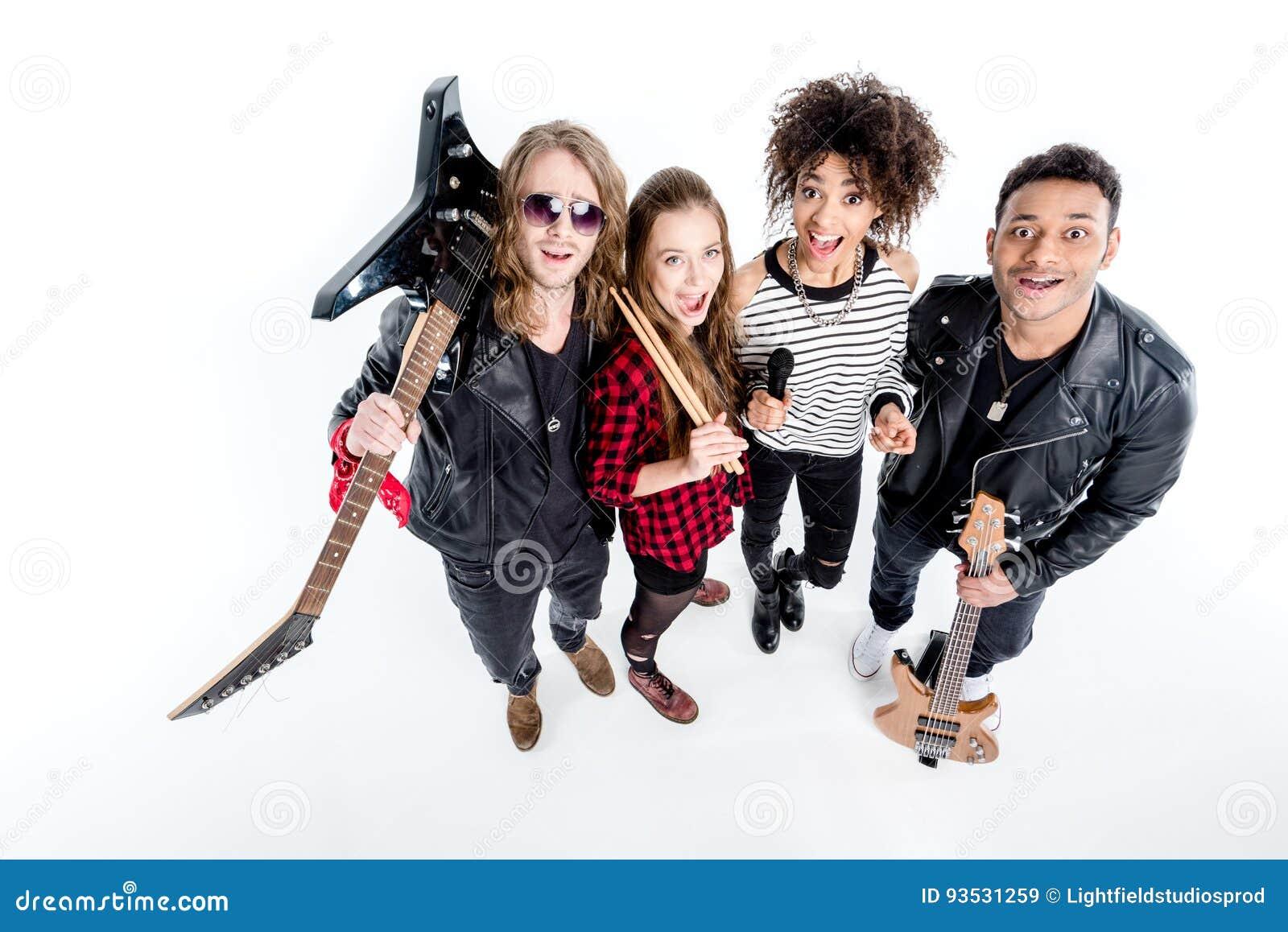 站立与话筒的年轻摇滚乐队大角度看法