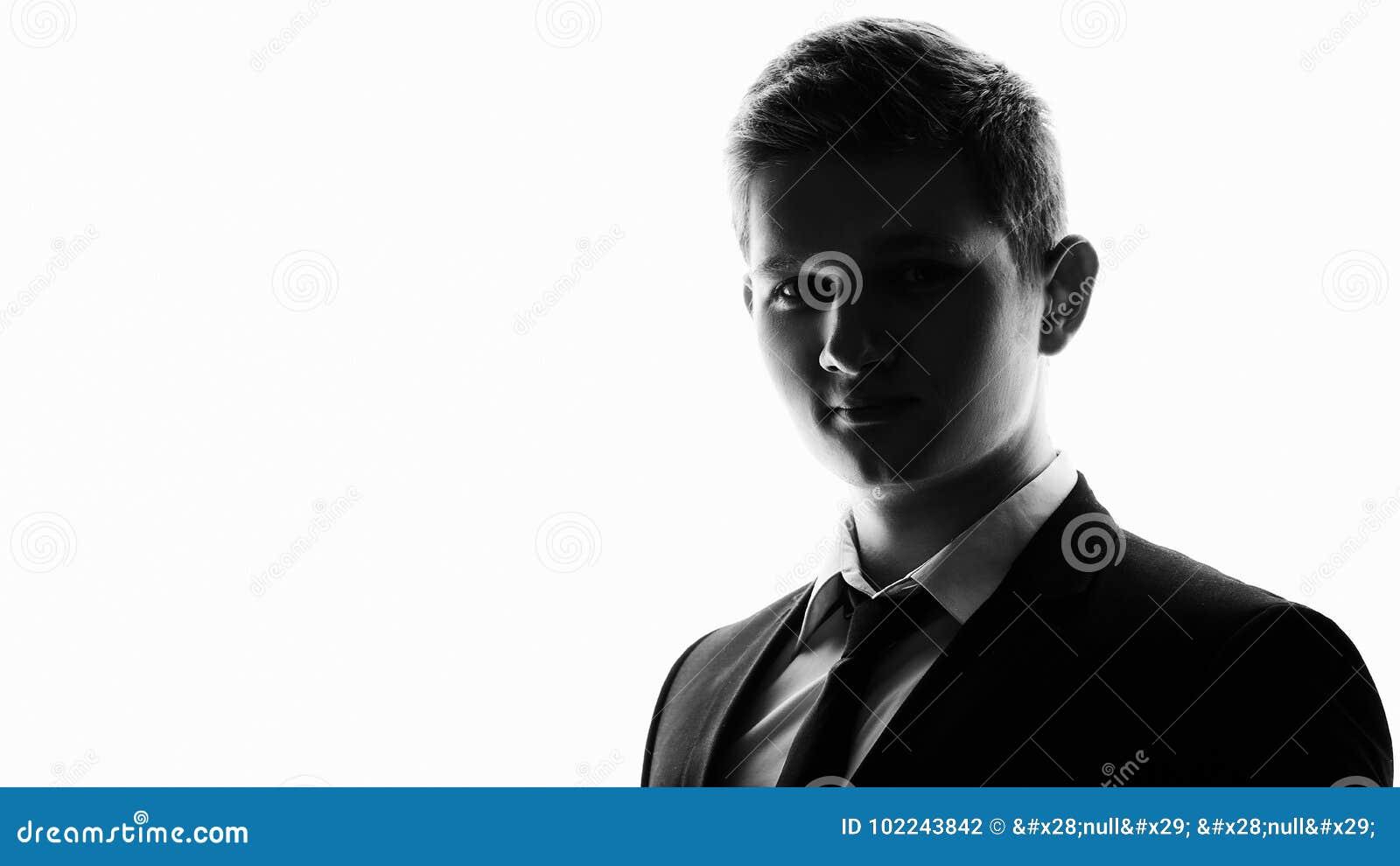站立全长严肃的剪影的一套白种人商人英俊的充分的衣服在演播室隔绝了白色