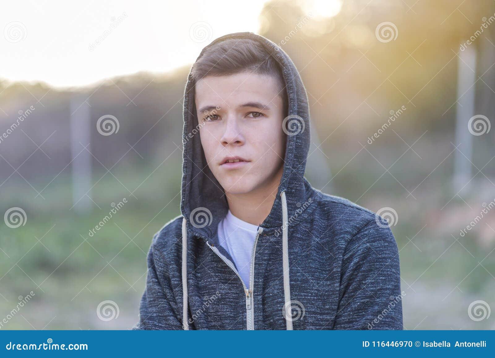 站立和看对您加州的一个可爱的少年的画象