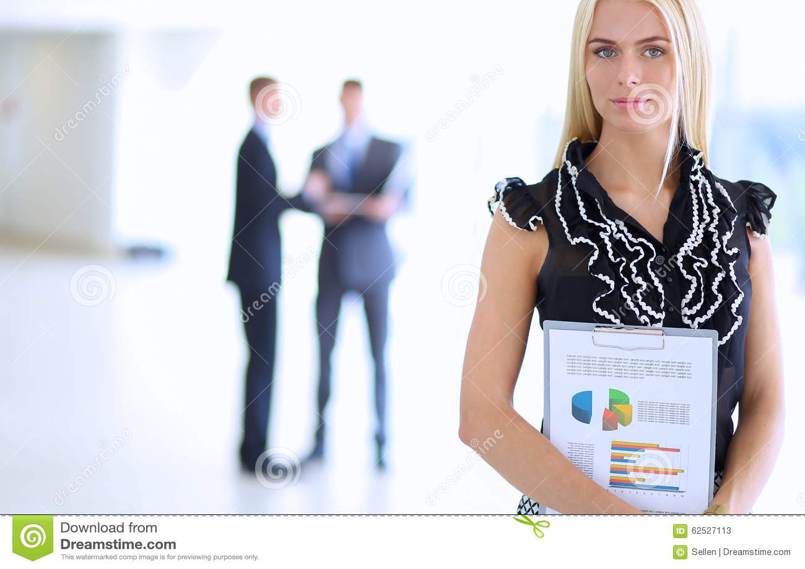 站立在与a的前景的女商人