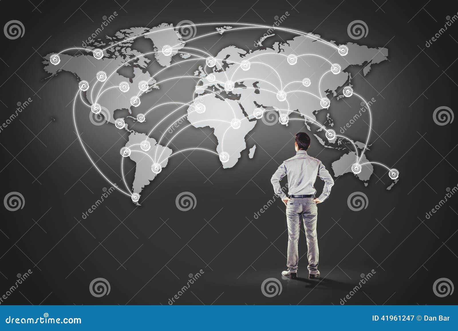 站立在世界地图前面的商人