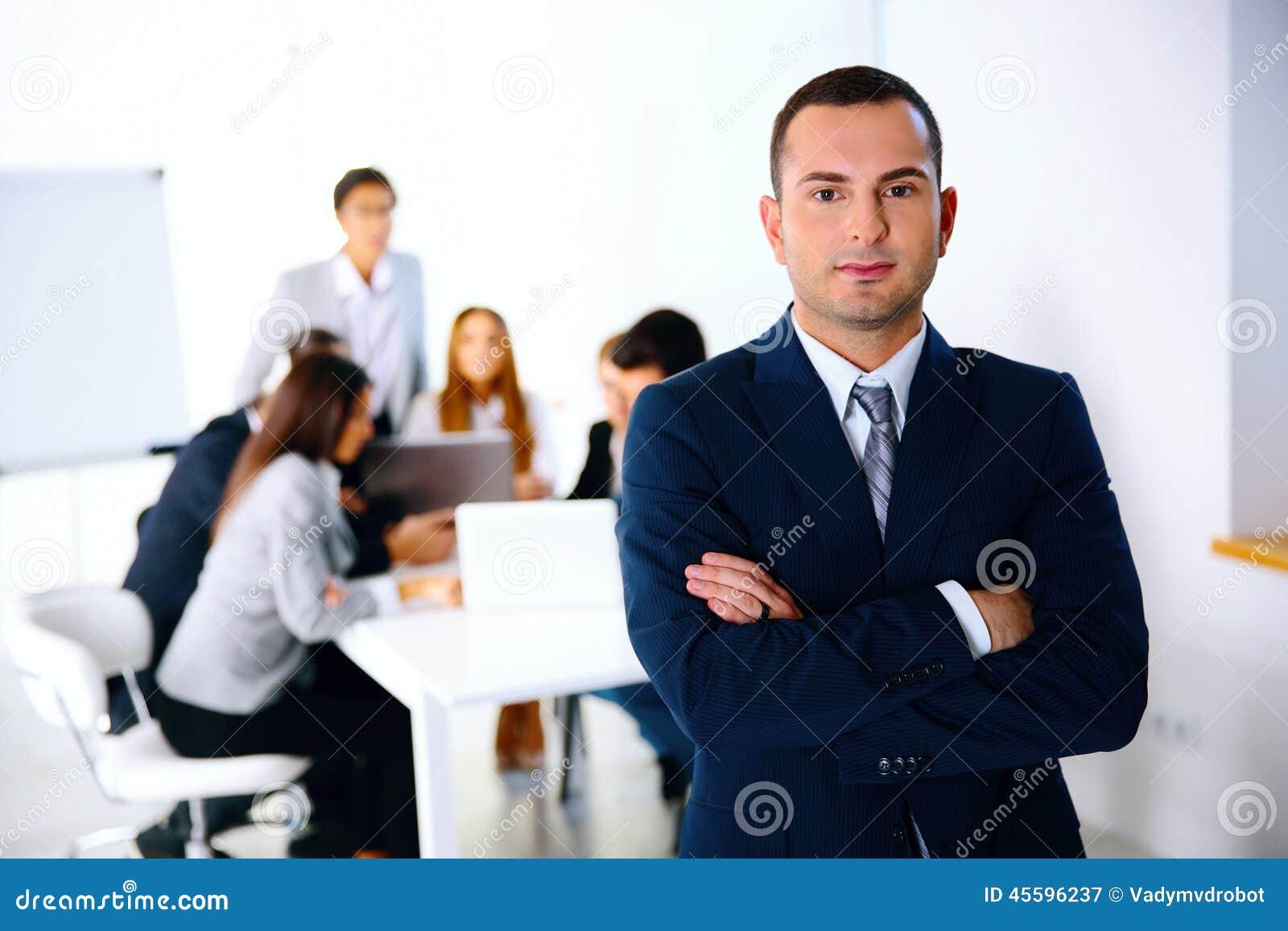 站立在业务会议前面的商人