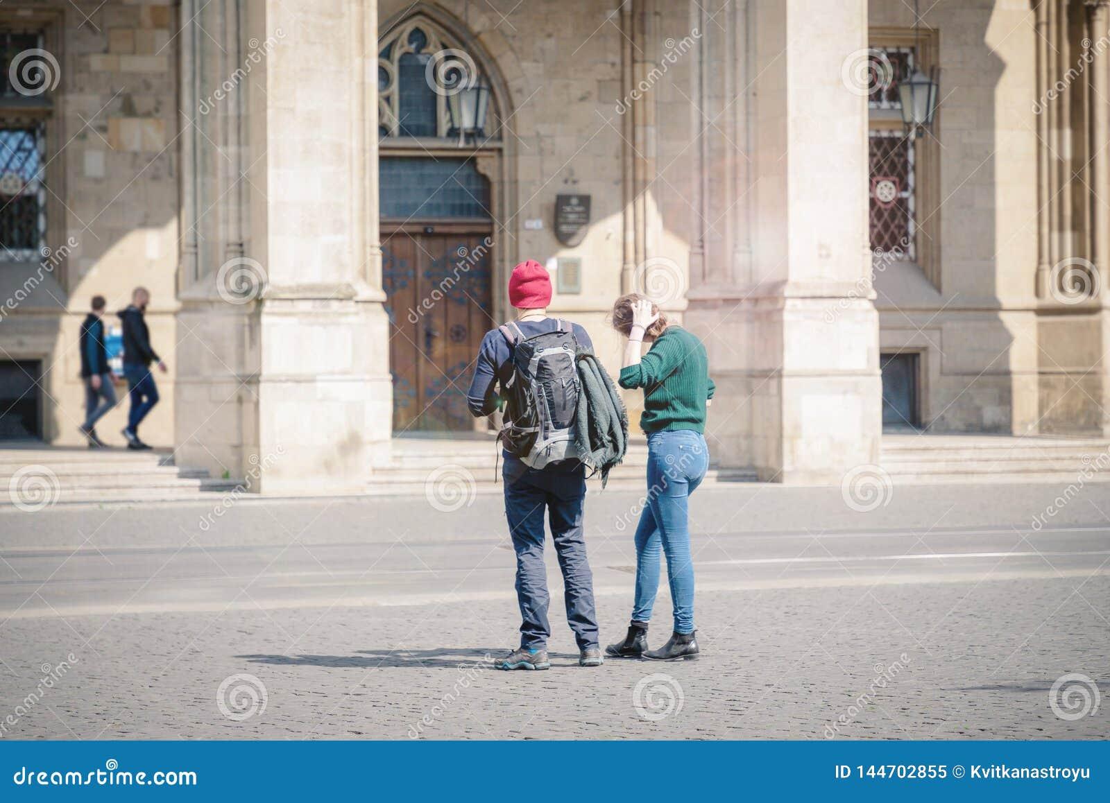 站立在埃福特,德国的市中心的夫妇