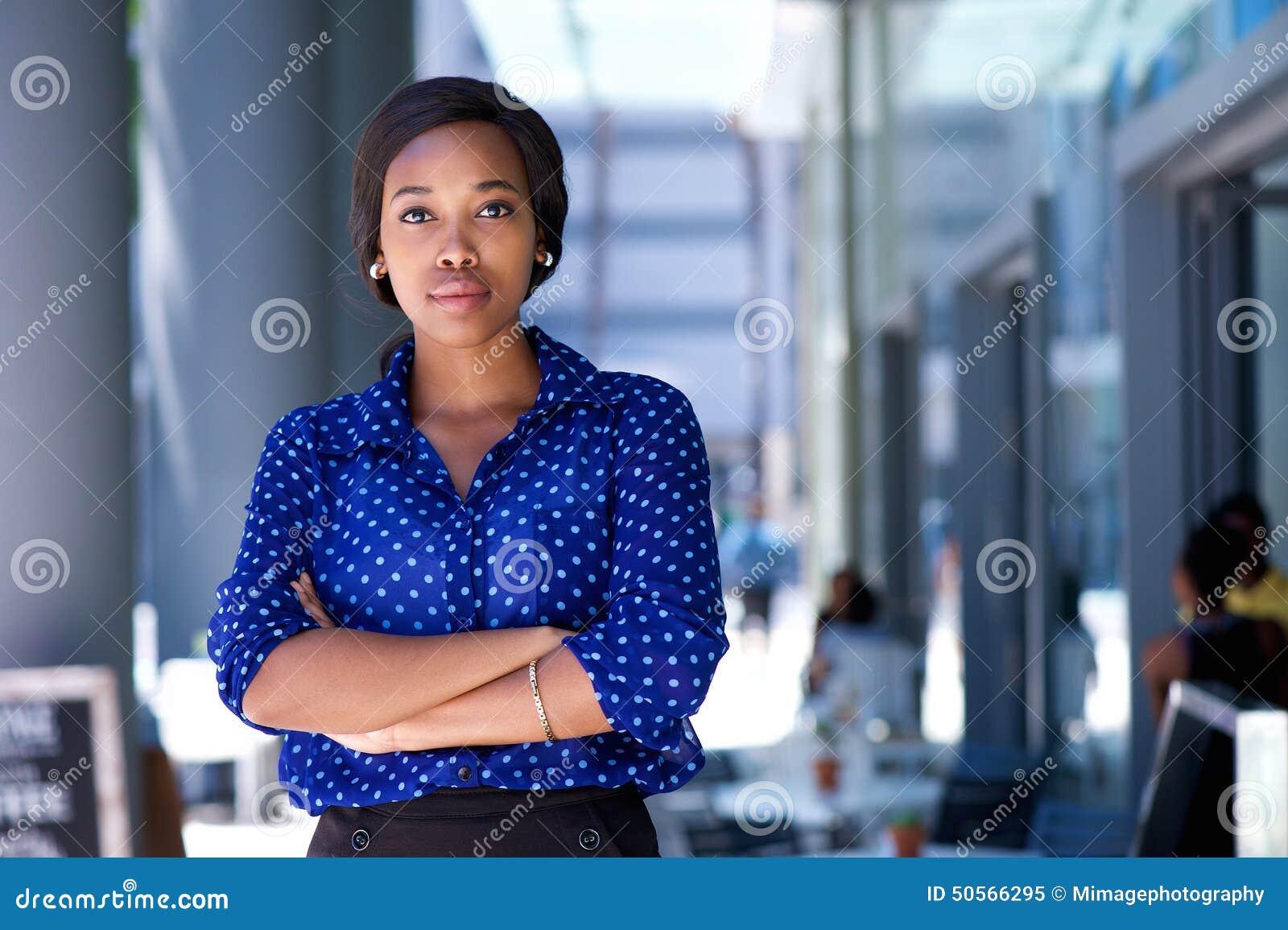 站立在城市的确信的年轻非裔美国人的妇女