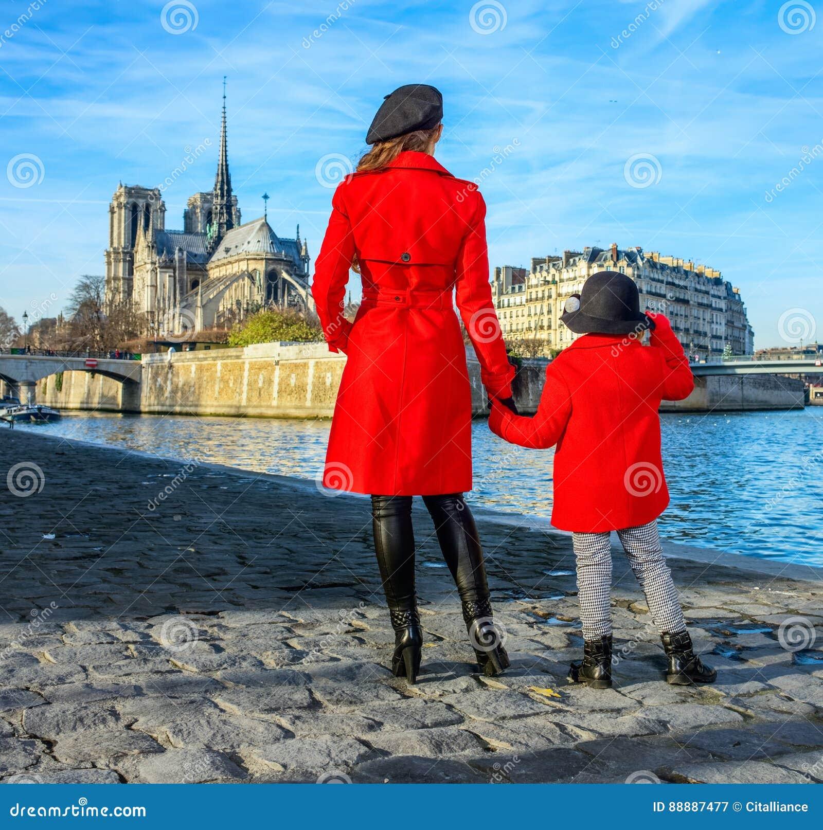 站立在堤防的母亲和儿童旅行家在巴黎