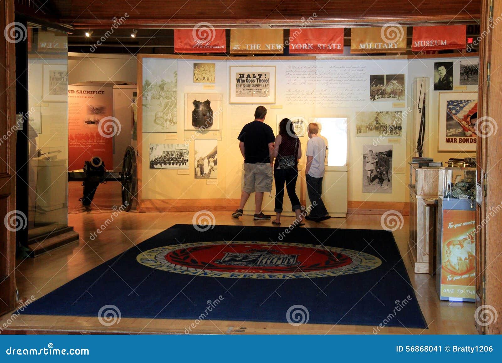 站立在大门的访客,开始自导的游览、纽约州军事博物馆和退伍军人研究中心, 2015年